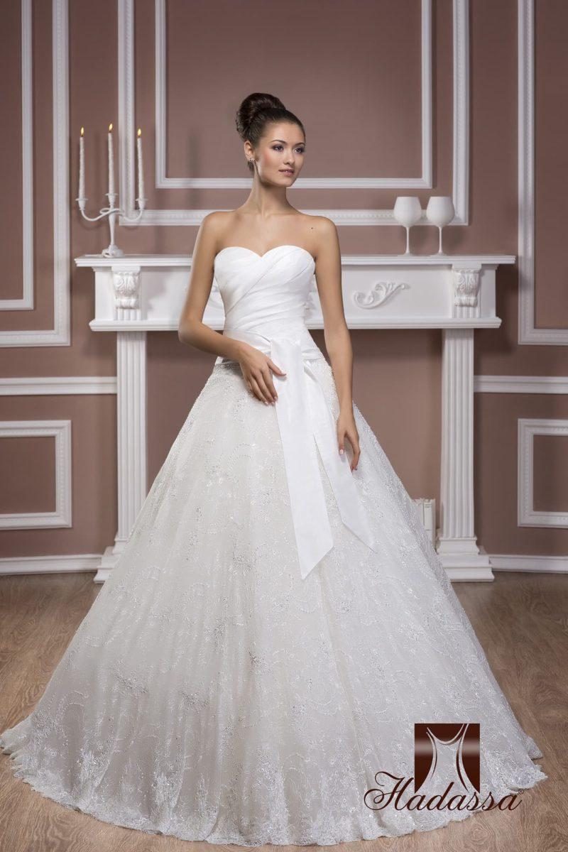 Свадебное платье с атласным корсетом с драпировками и многослойной кружевной юбкой.