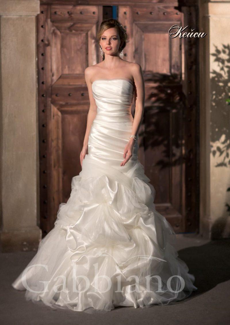 Атласное свадебное платье «рыбка» с драматичной отделкой из драпировок и складок.
