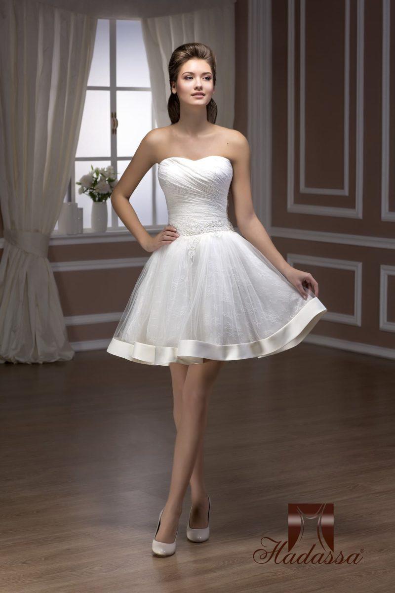 Открытое свадебное платье длиной до середины бедра с пышной кружевной юбкой.