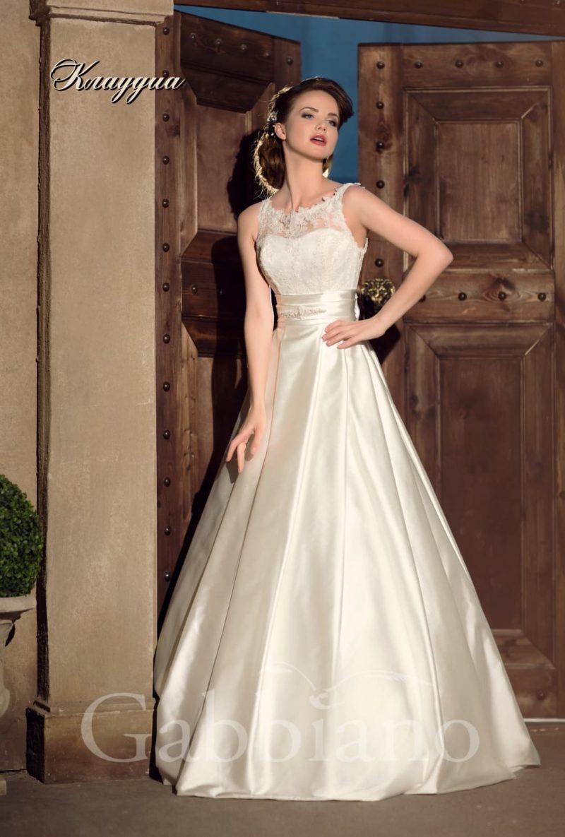 Изысканное атласное свадебное платье «принцесса» с широким поясом и кружевным верхом.