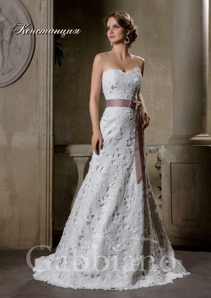 Оригинальное свадебное платье «рыбка» с декором из плотного кружева с крупным рисунком.