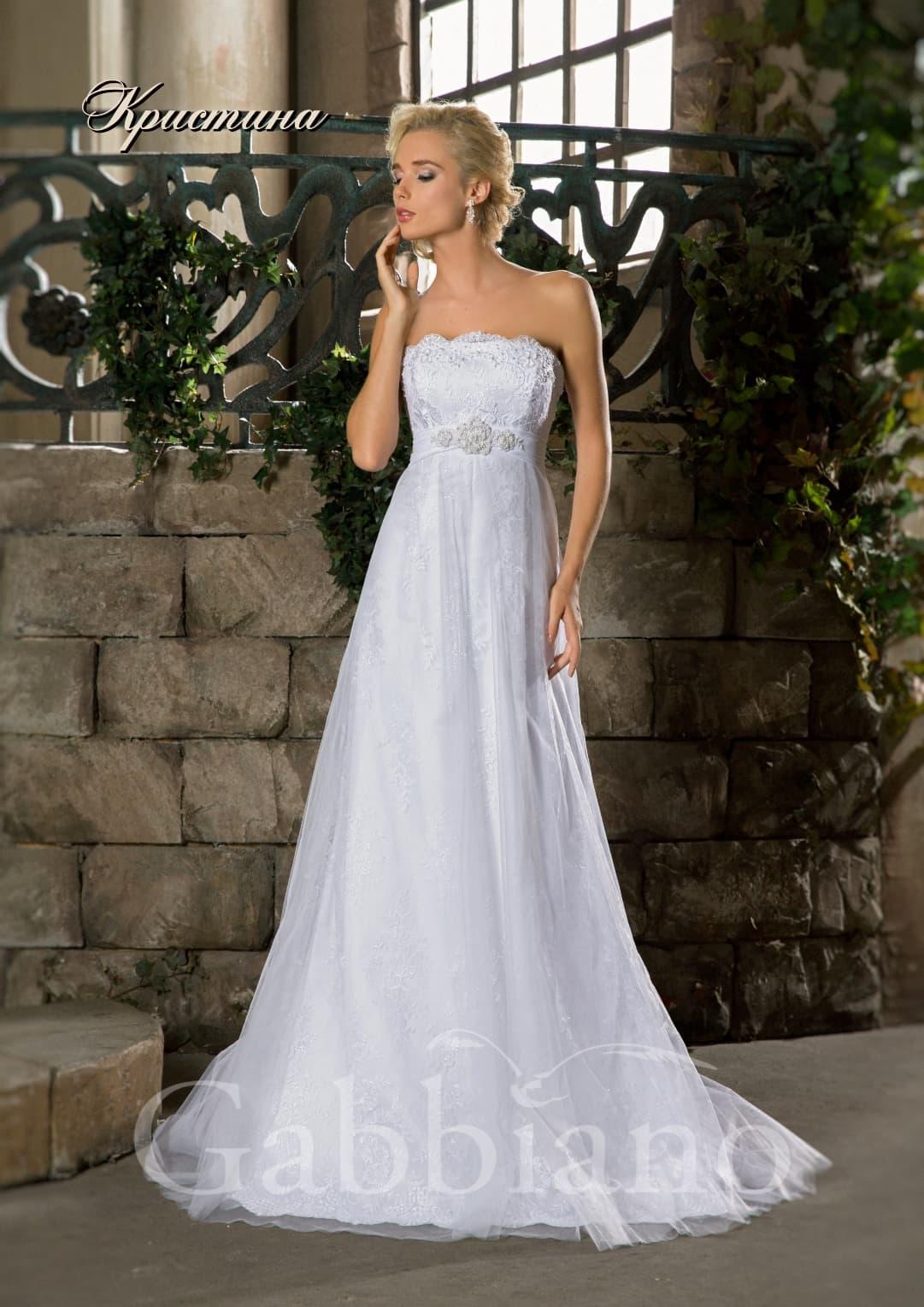 Кружевное свадебное платье с завышенной линией талии и юбкой прямого кроя.