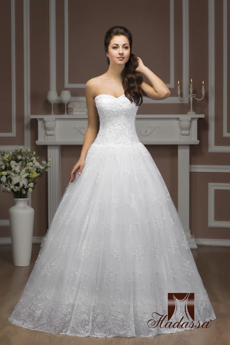 Открытое свадебное платье с классическим силуэтом «принцесса» и фактурной отделкой.