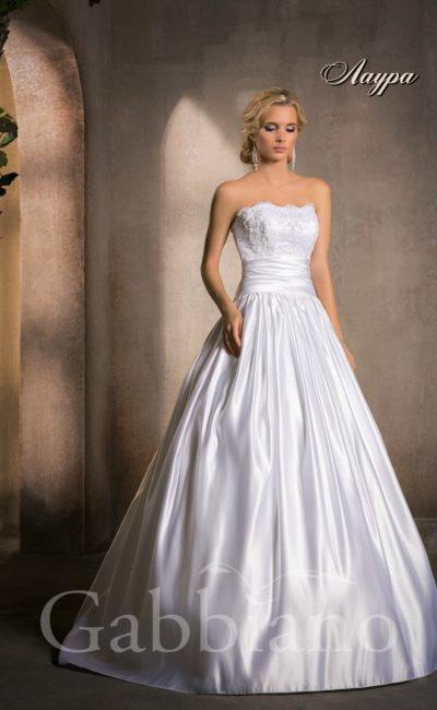 Торжественное свадебное платье с объемной атласной юбкой и притягательным открытым лифом.