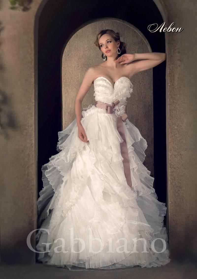 Романтичное свадебное платье «рыбка», полностью покрытое легкими полупрозрачными оборками.