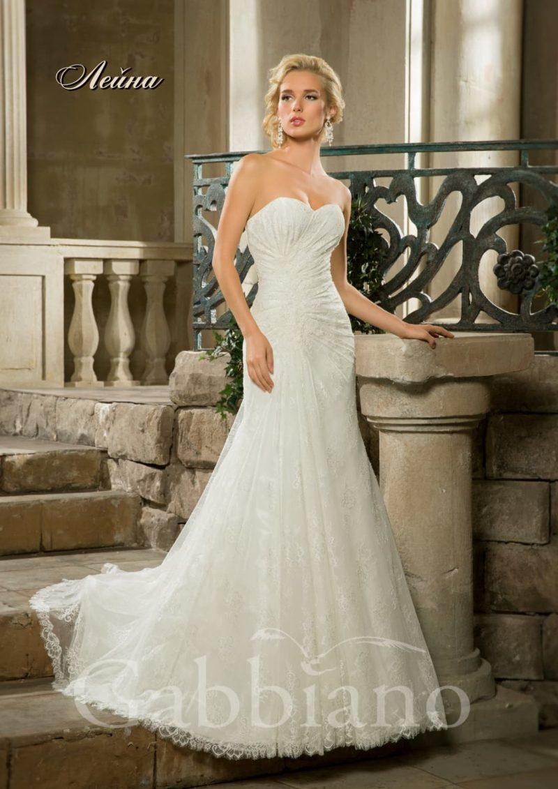 Кружевное свадебное платье «рыбка» с торжественным шлейфом и открытым верхом.