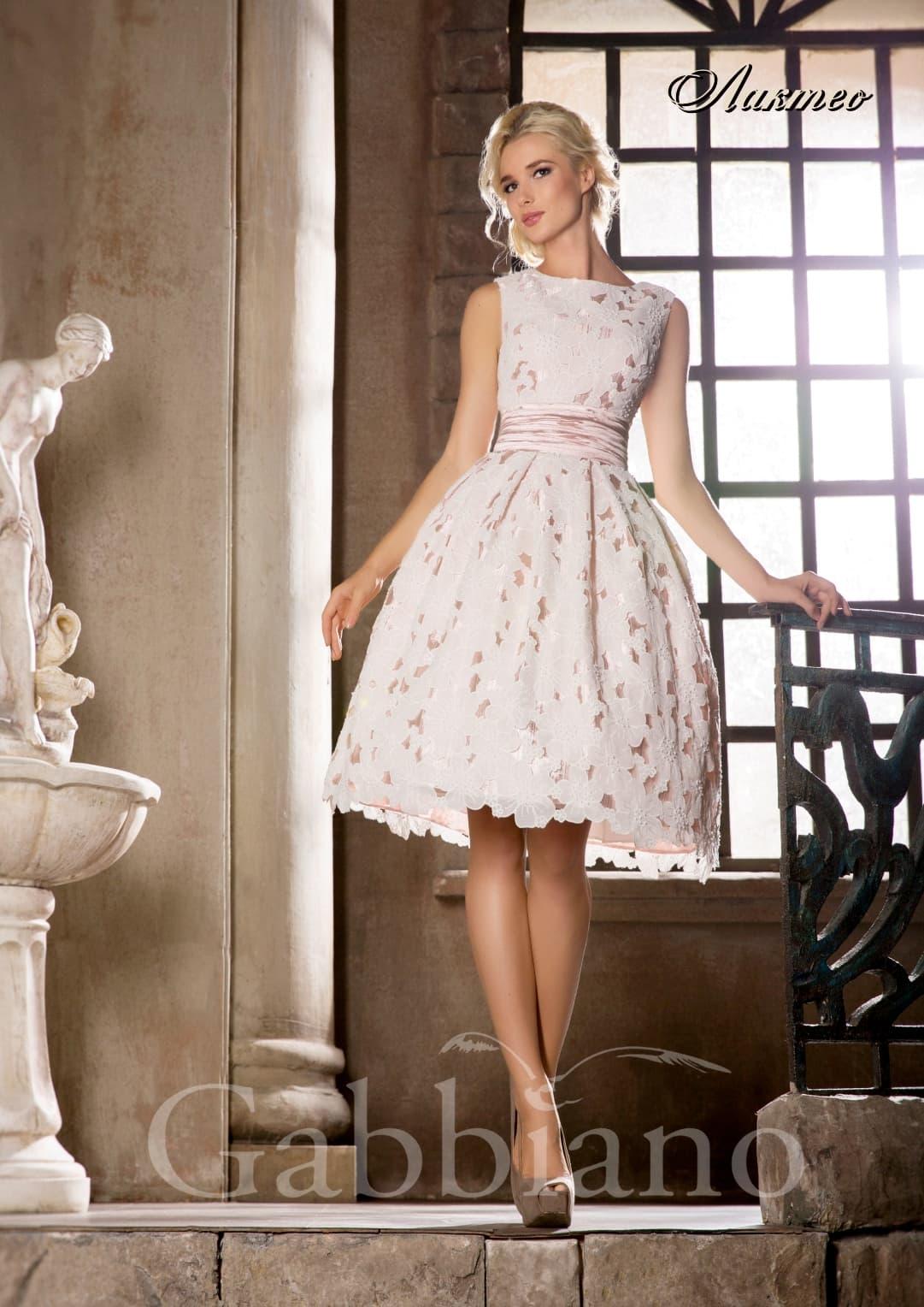 Короткое свадебное платье с розовой подкладкой под плотным белым кружевом.