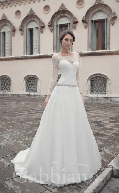 Свадебное платье «принцесса» с длинными кружевными рукавами и сверкающим поясом на талии.