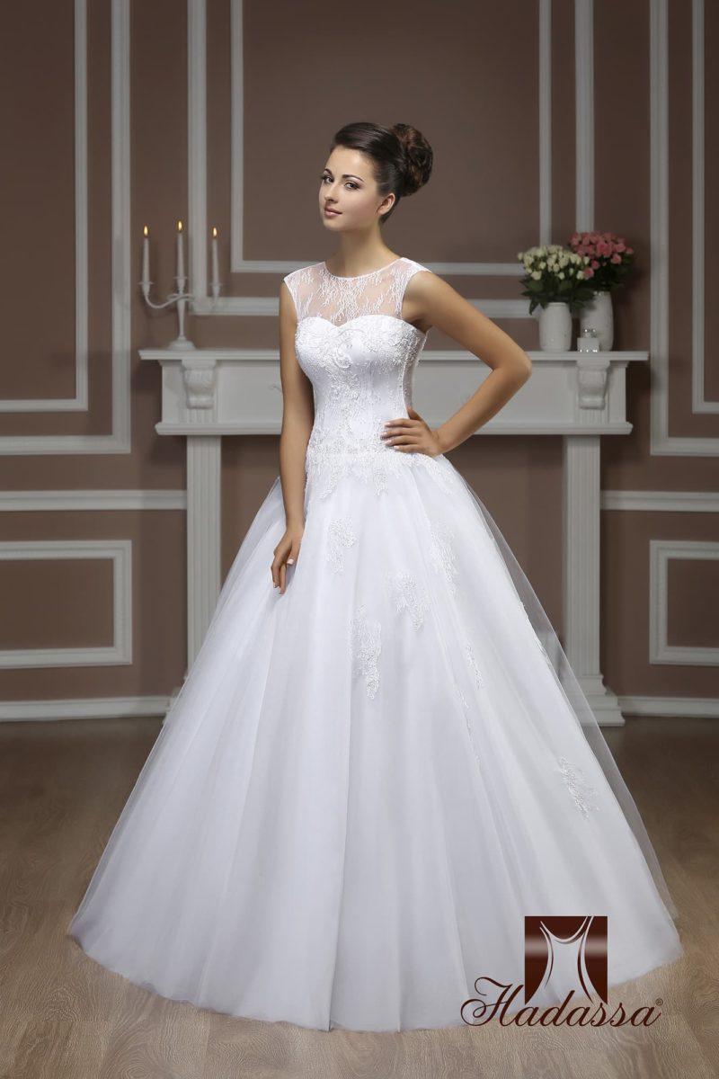 Закрытое свадебное платье А-силуэта, декорированное тонкой ажурной тканью.