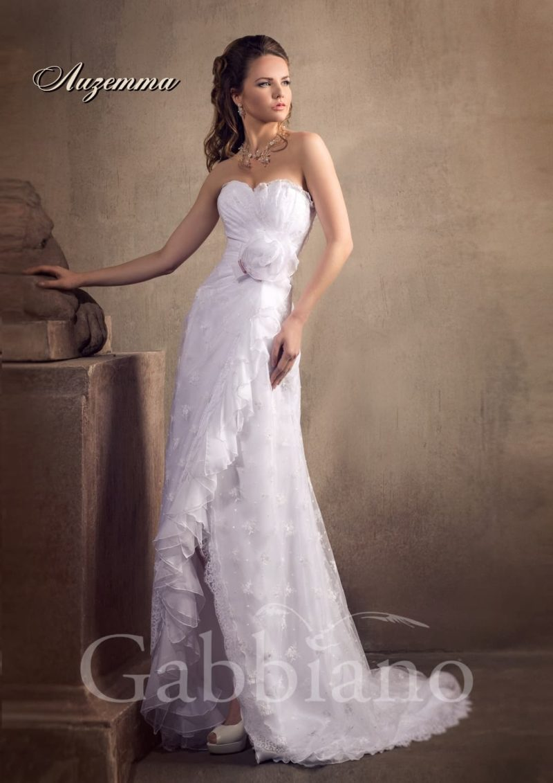 Прямое свадебное платье с длинным шлейфом и кокетливым разрезом сбоку на юбке.