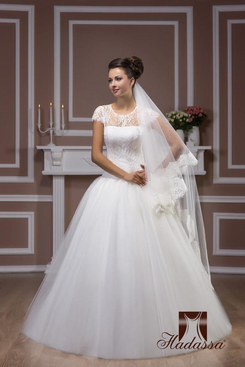 Пышное свадебное платье с элегантным закрытым лифом, оформленным кружевом.