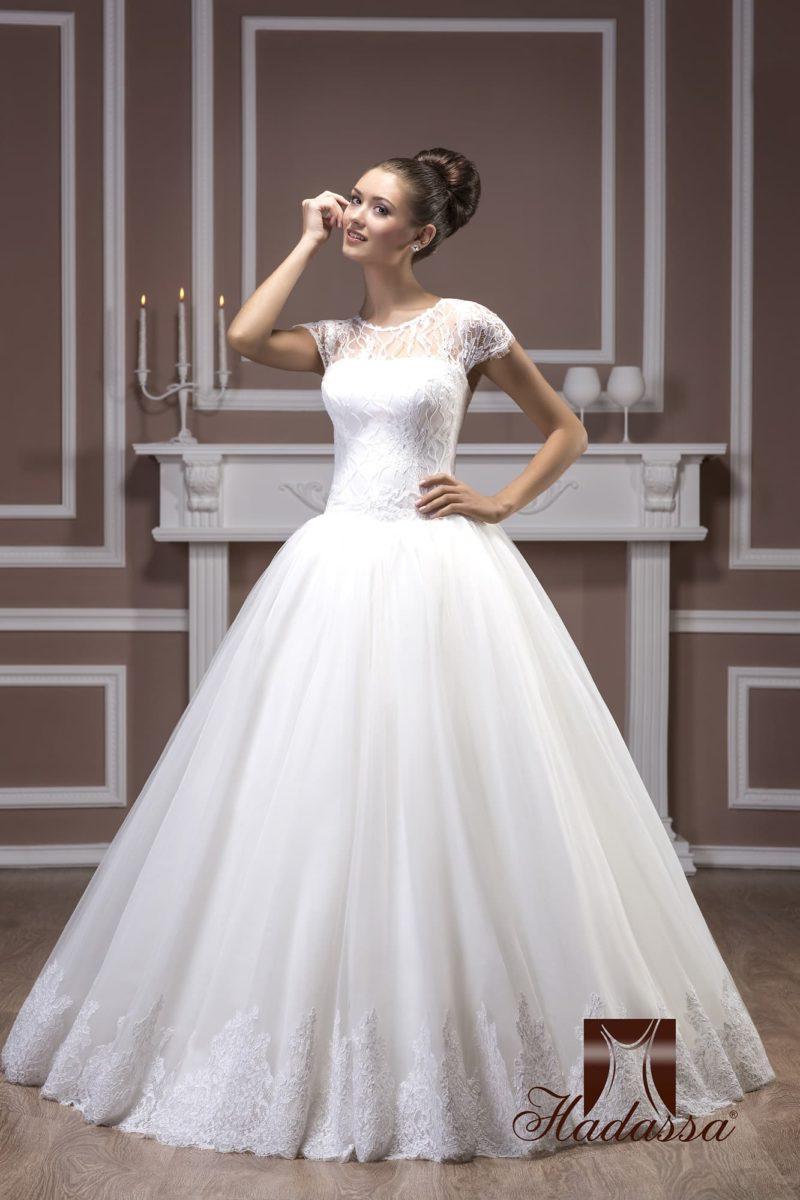 Пышное свадебное платье с элегантным закрытым лифом с короткими рукавами.