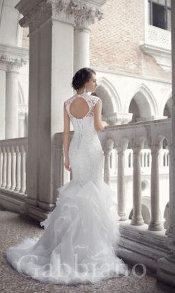 Свадебное платье с ажурными бретелями и роскошной юбкой силуэта «рыбка» со шлейфом.