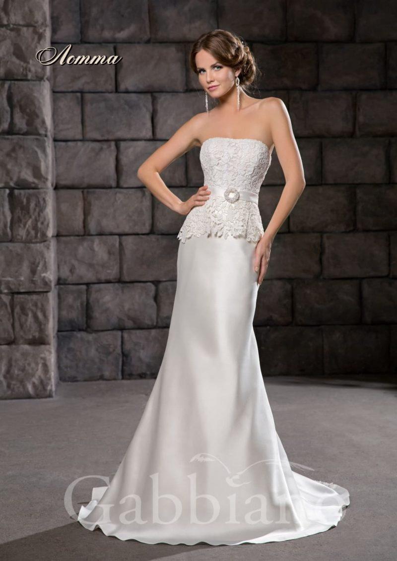 Атласное свадебное платье прямого силуэта с кружевной баской и поясом на талии.