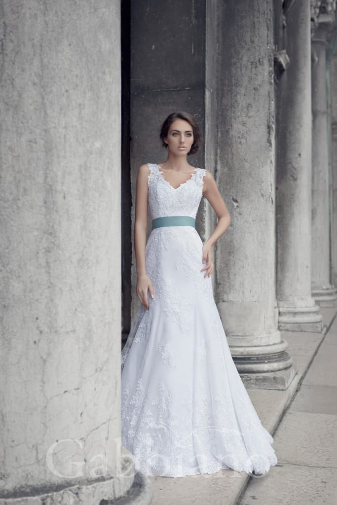 Кружевное свадебное платье «принцесса» с широкими бретелями и бирюзовым поясом на талии.