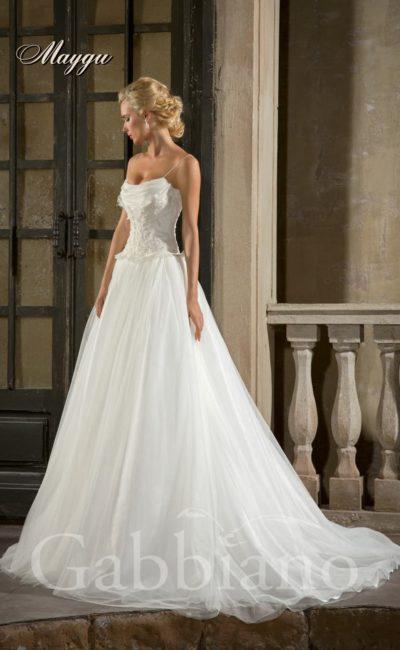 Свадебное платье силуэта «принцесса» с романтичным декором корсета и многослойным шлейфом.