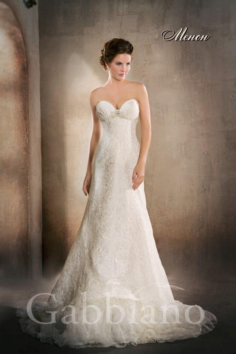 Прямое свадебное платье с глубоким декольте в форме сердца и кружевной отделкой.