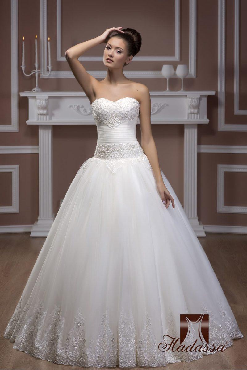 Пышное свадебное платье с открытым фактурным лифом и многослойной юбкой.
