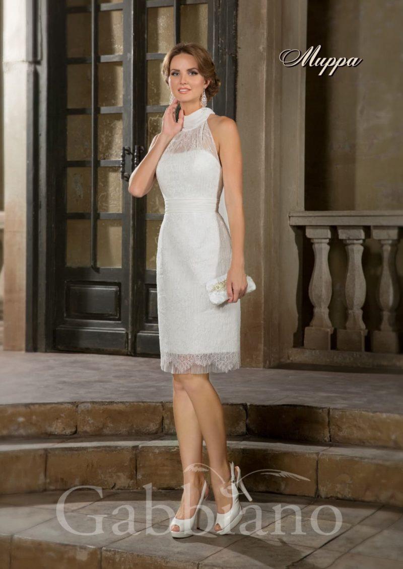 Короткое свадебное платье элегантного прямого кроя с декором из ажурной ткани.