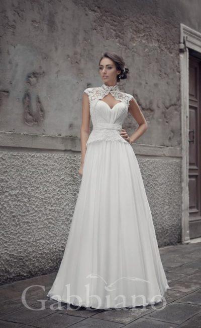 Свадебное платье с силуэтом «принцесса» и оригинальным ажурным болеро с коротким рукавом.