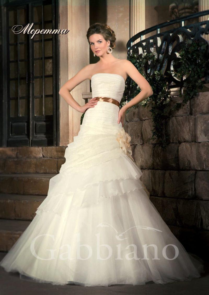 Открытое свадебное платье силуэта «принцесса» с отделкой из драпировок и цветным поясом.
