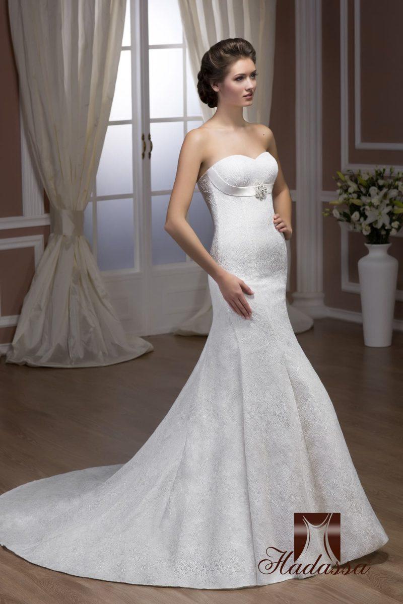 Открытое свадебное платье с торжественным силуэтом «русалка» с длинным шлейфом.