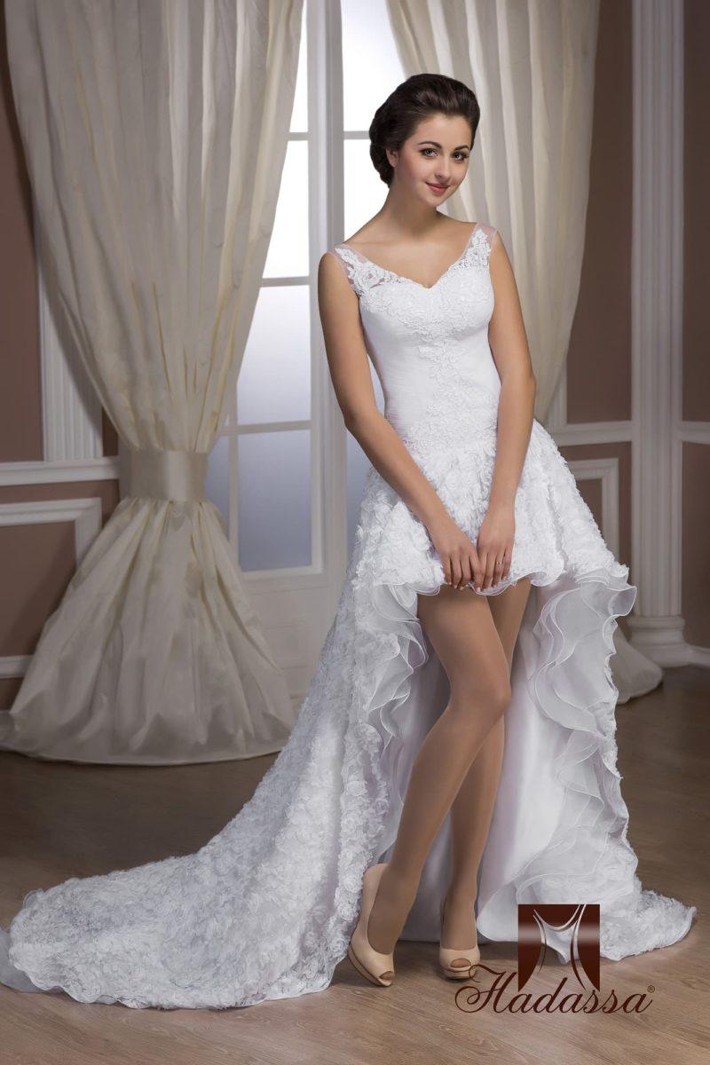 Смелое свадебное платье с укороченным подолом спереди и шлейфом сзади, а также фактурной отделкой.