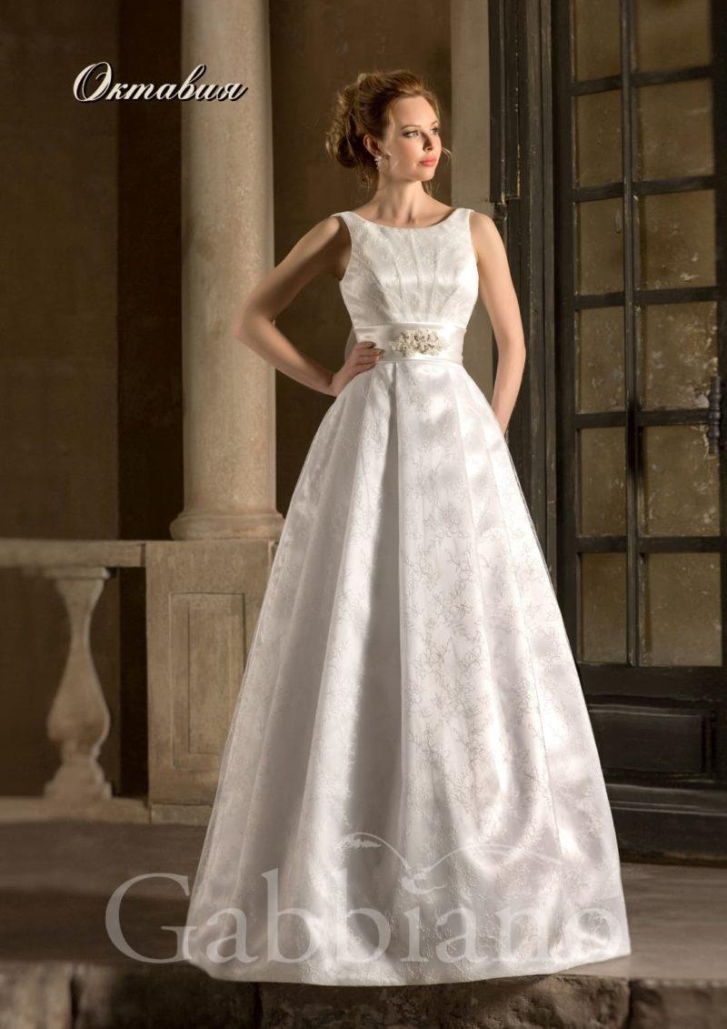 Атласное свадебное платье с пышным силуэтом и широким поясом на талии.