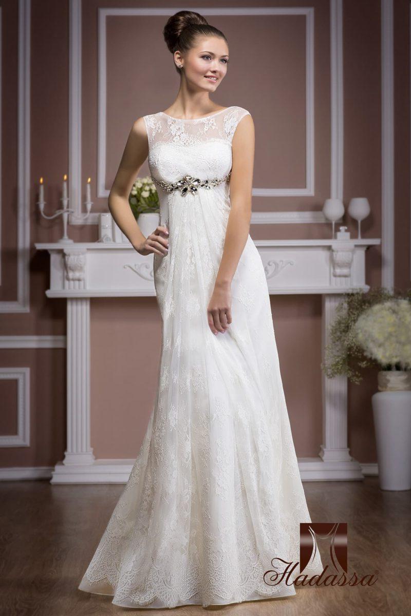 Ажурное свадебное платье прямого силуэта с отделкой из крупных серебристых стразов под лифом.