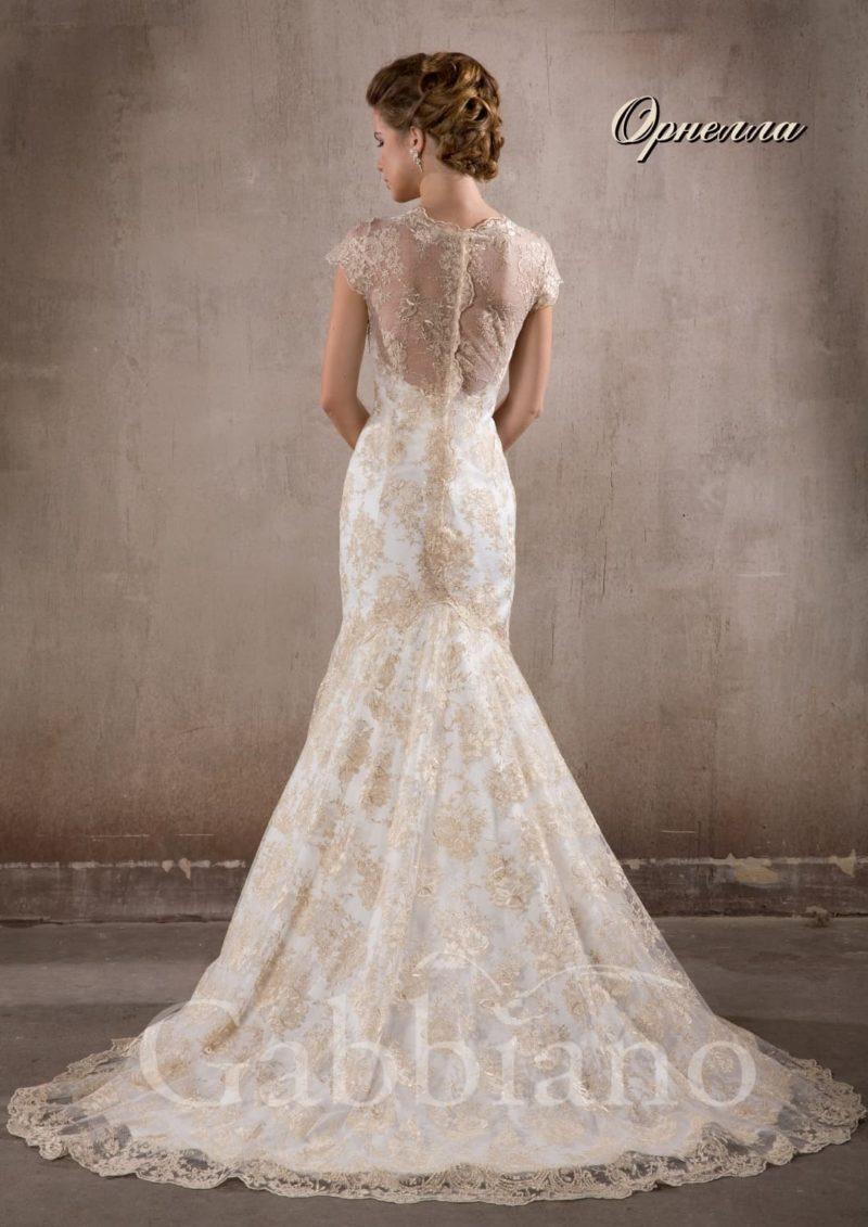 Свадебное платье «рыбка», по всей длине декорированное золотистым кружевом.