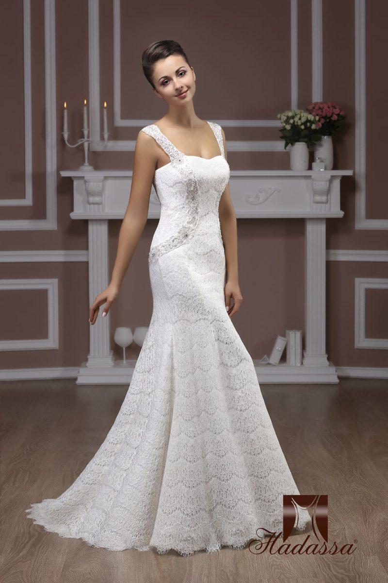 Ажурное свадебное платье силуэта «рыбка» с широкими бретелями над лифом-сердечком.