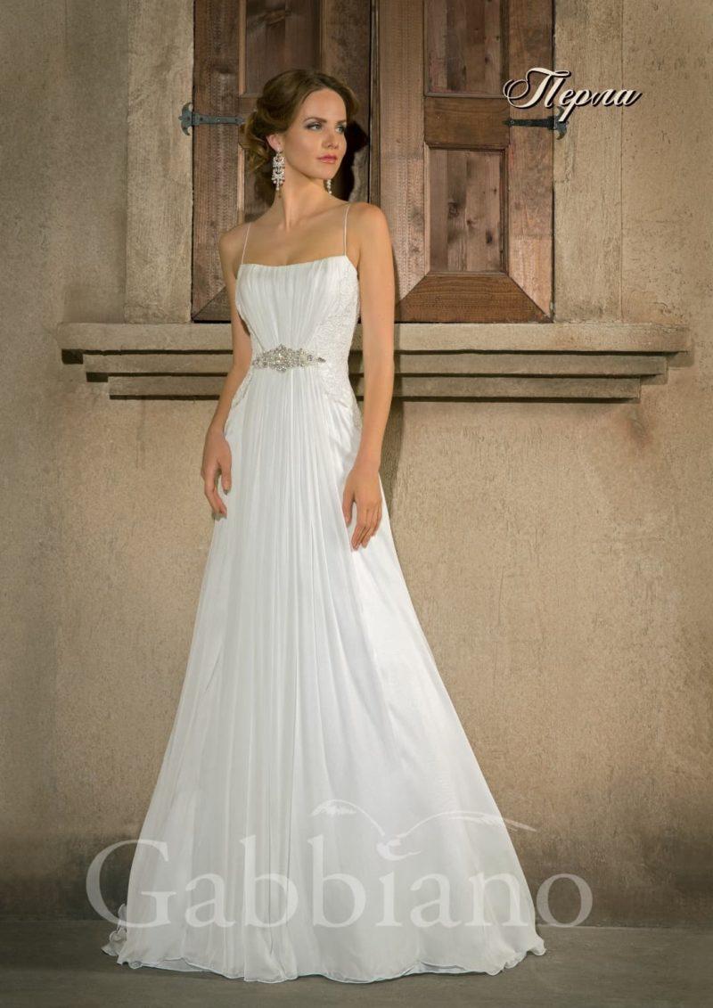 Прямое свадебное платье с узкими бретельками и вышивкой бисером под лифом.