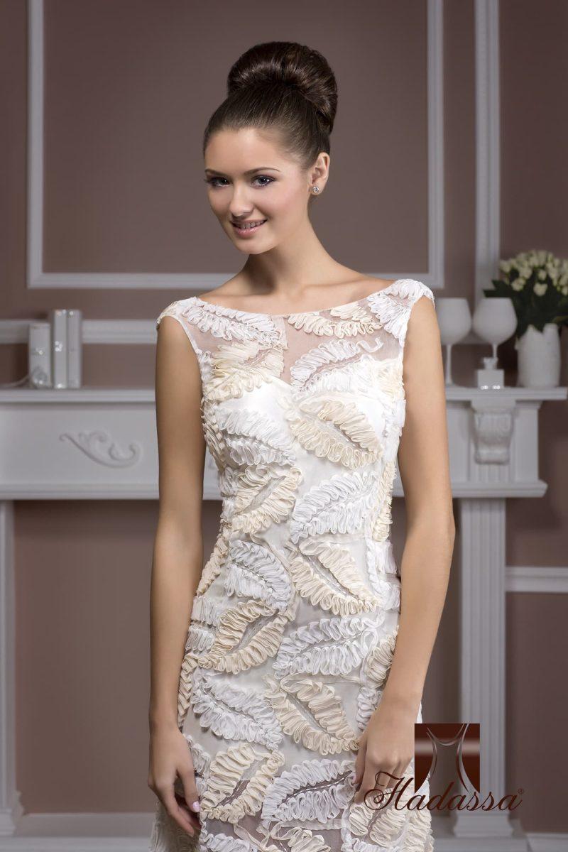 Прямое свадебное платье с фактурным декором из тесьмы белого и бежевого цветов.