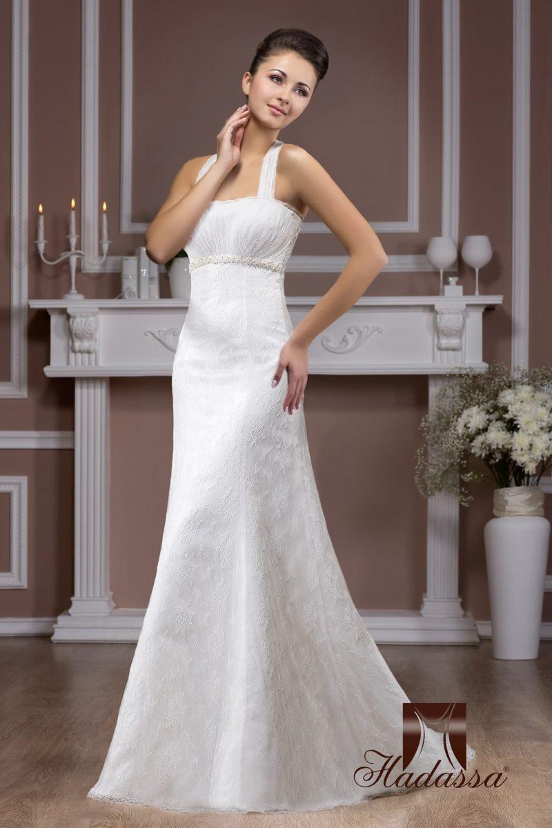 Прямое свадебное платье из глянцевой атласной ткани с узкими бретелями и кружевным декором.