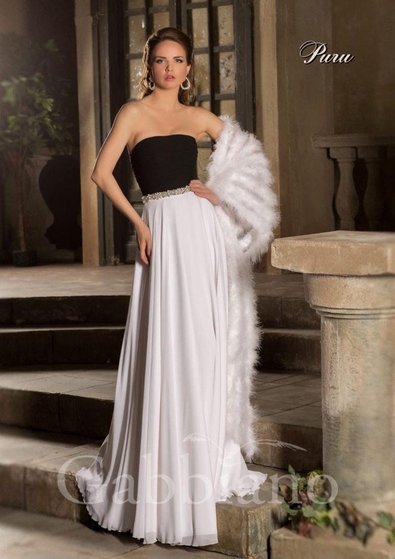 Контрастное свадебное платье прямого силуэта с белоснежной юбкой и черным открытым корсетом.