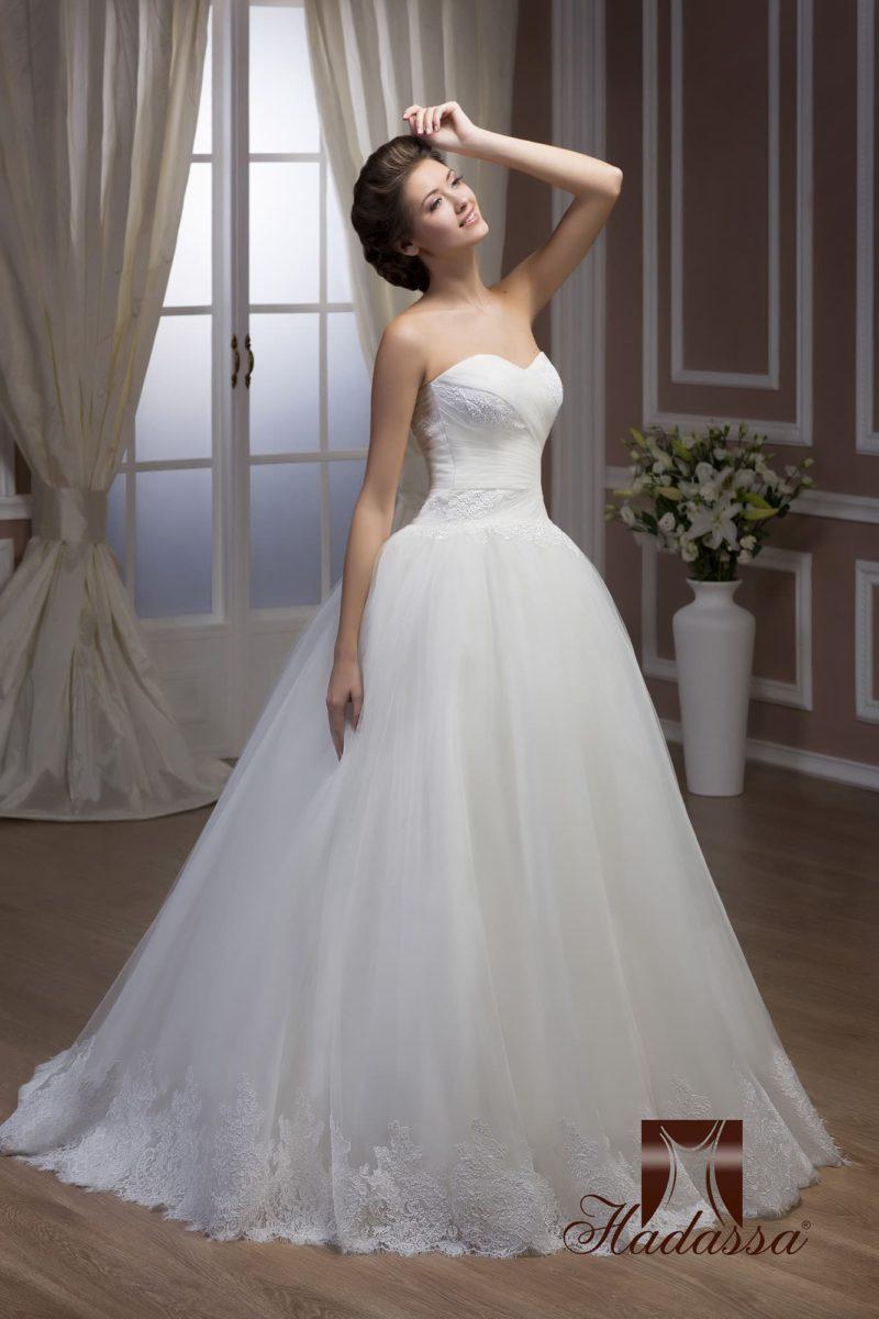 Пышное свадебное платье с облегающим корсетом