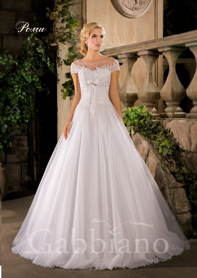 Свадебное платье «принцесса» с атласным поясом под лифом и тонкой вставкой над вырезом.