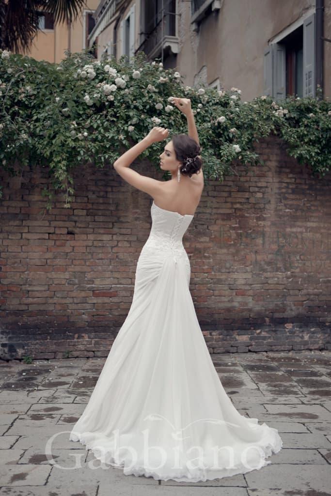 Женственное свадебное платье силуэта «рыбка» с открытым лифом классического кроя.