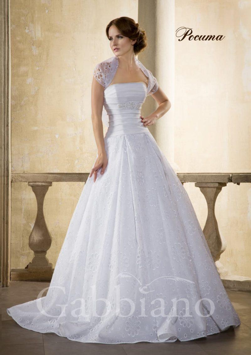 Свадебное платье «принцесса» с декором из кружевной ткани и коротким болеро.