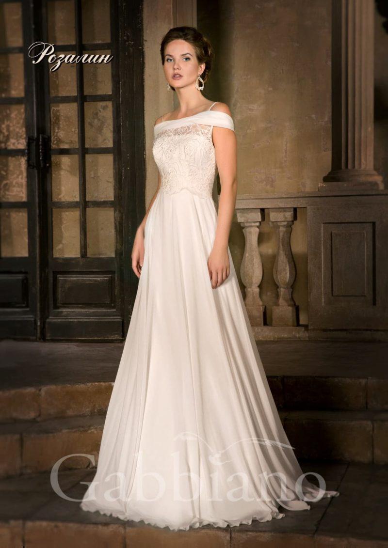 Свадебное платье прямого кроя с элегантным портретным декольте с атласным воротником.