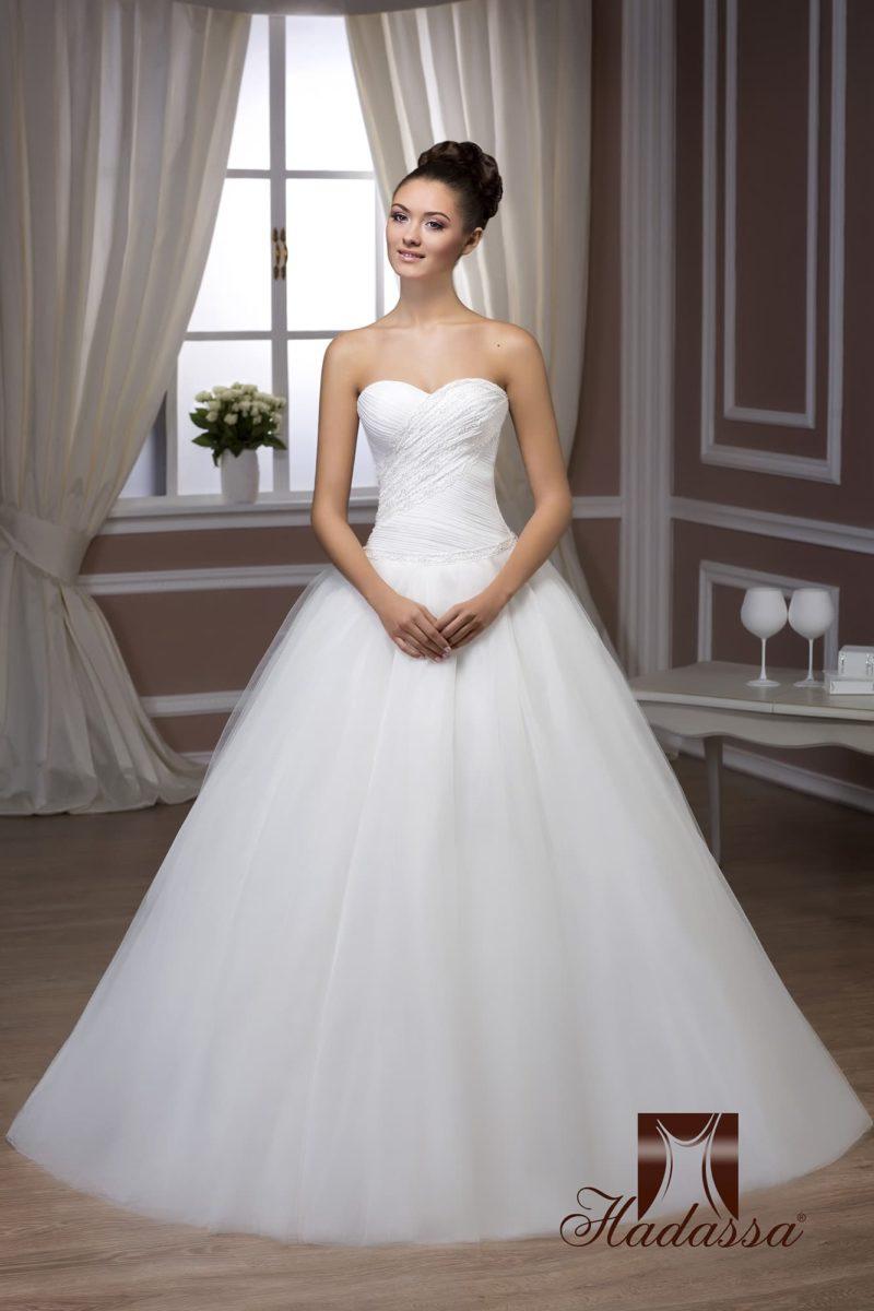 Стильное свадебное платье с торжественной пышной юбкой и открытым корсетом.