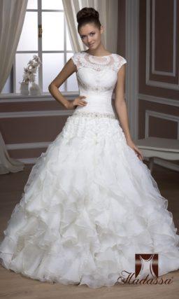 Свадебное платье с пышным водопадом оборок по юбке и закрытым лифом с вышивкой.