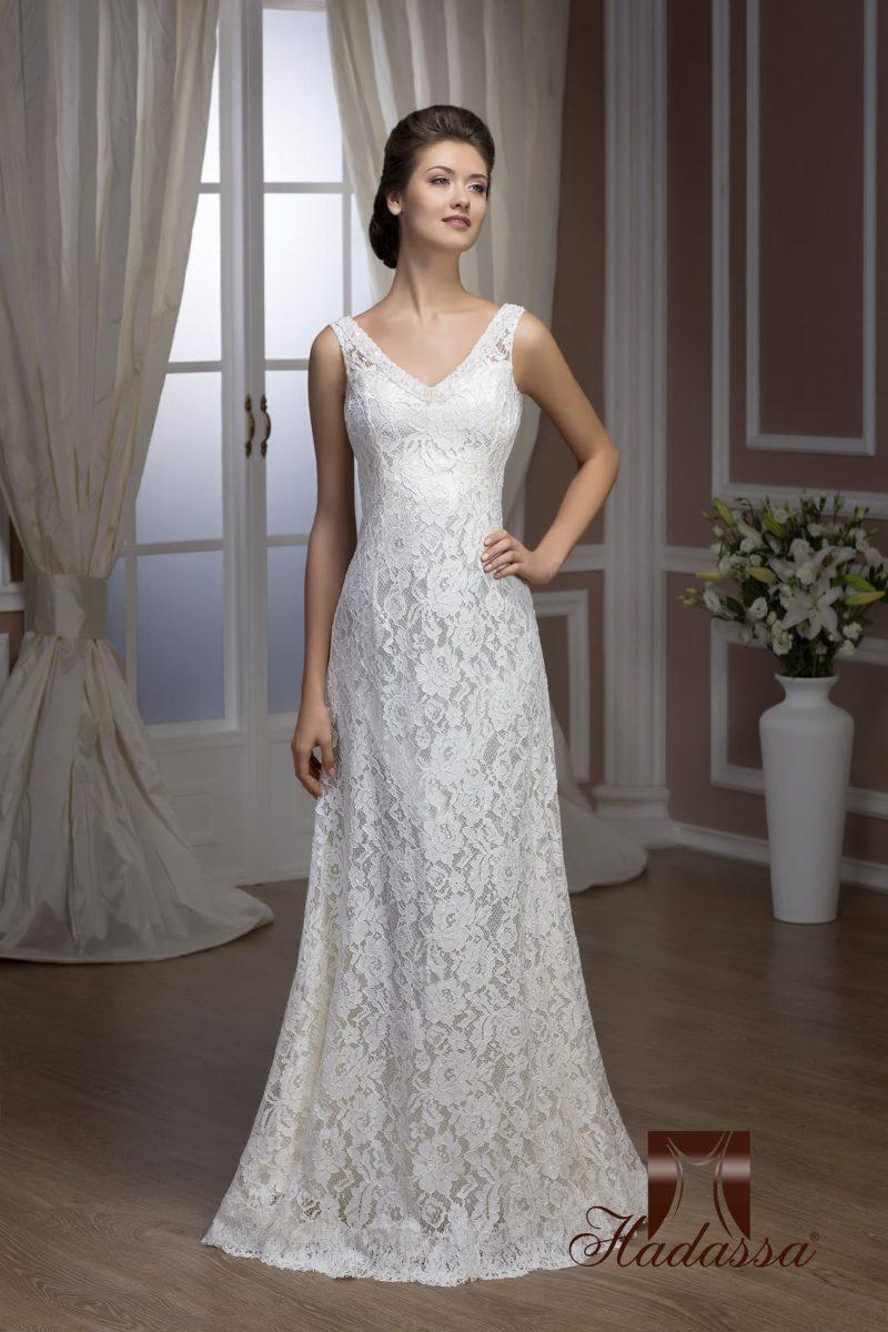 Прямое свадебное платье с кружевной отделкой и V-образным вырезом с широкими бретелями.