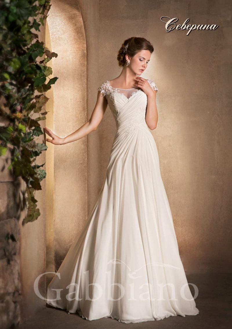 Нежное свадебное платье силуэта «принцесса» с короткими ажурными рукавами.