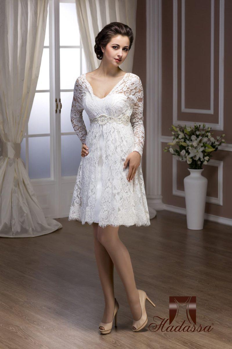Ажурное свадебное платье с длинными рукавами и юбкой чуть выше коленей.