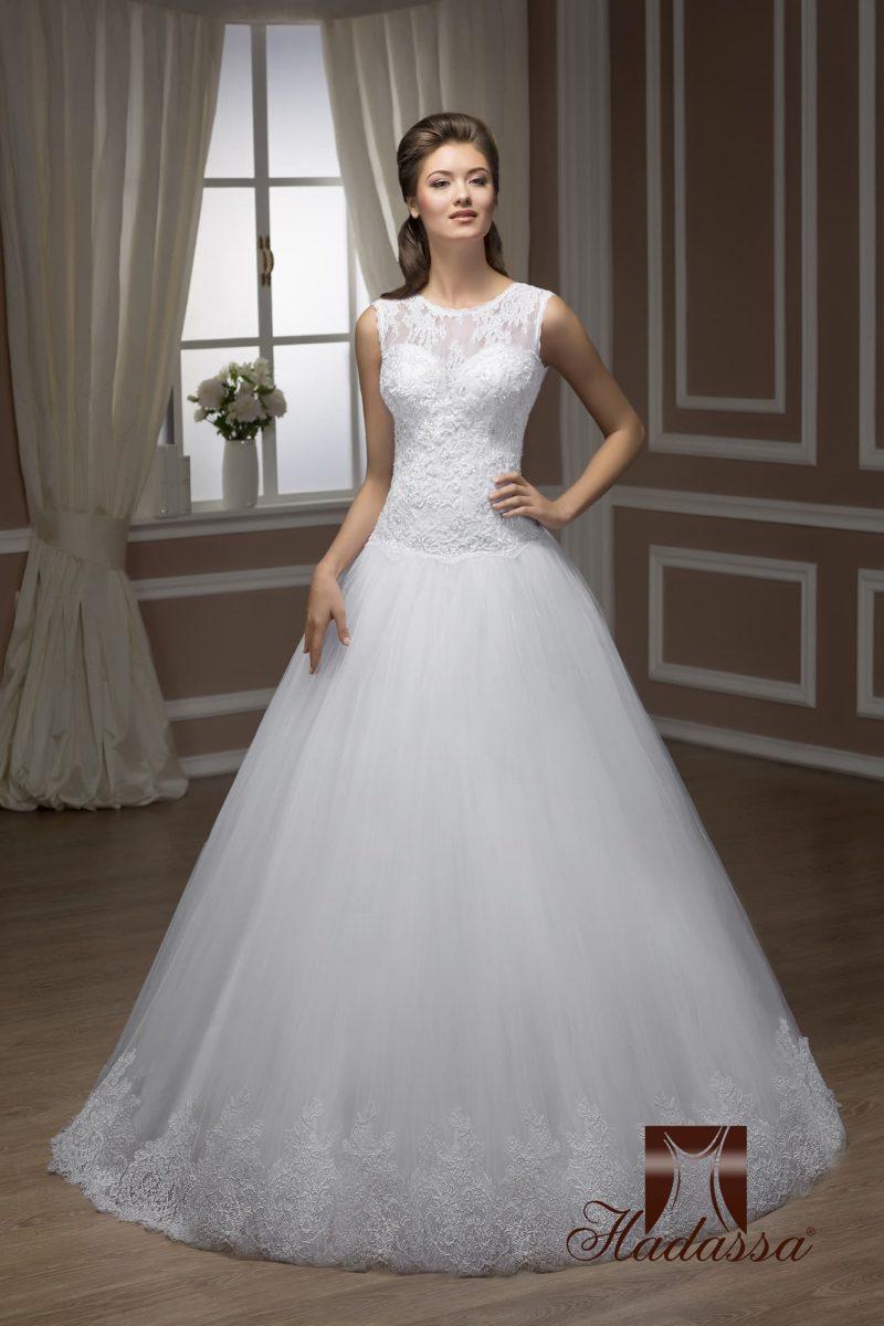 Закрытое свадебное платье с кружевным лифом, вырезом на спинке и пышной юбкой.