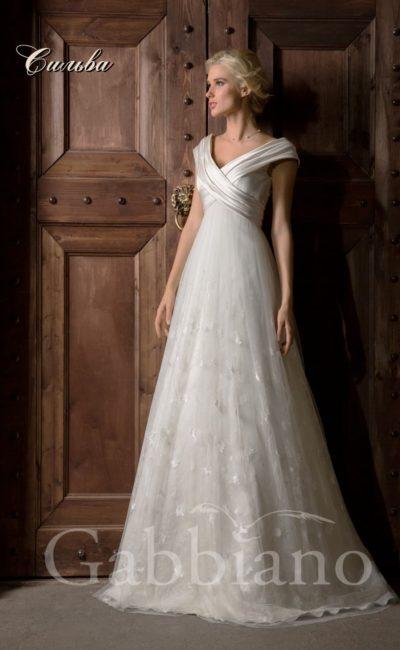Свадебное платье «принцесса» с кружевной отделкой юбки и атласными бретелями.