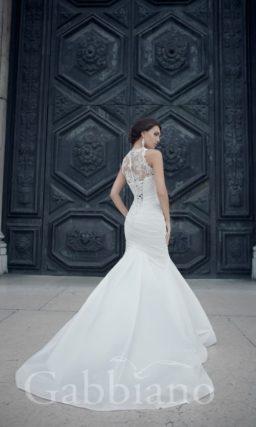 Закрытое свадебное платье с ажурным верхом с высоким воротником и юбкой силуэта «рыбка».