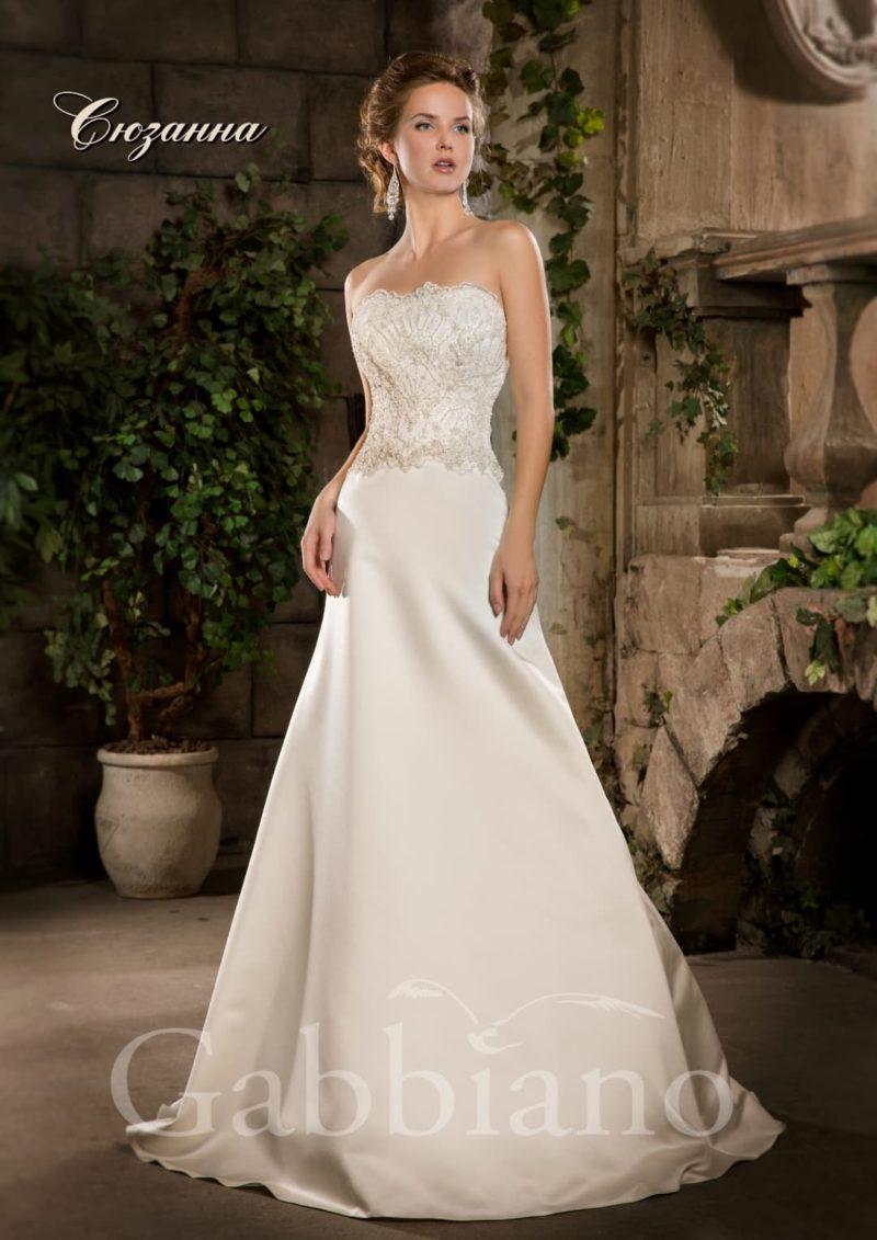 Атласное свадебное платье силуэта «принцесса» с открытым лифом прямого кроя.