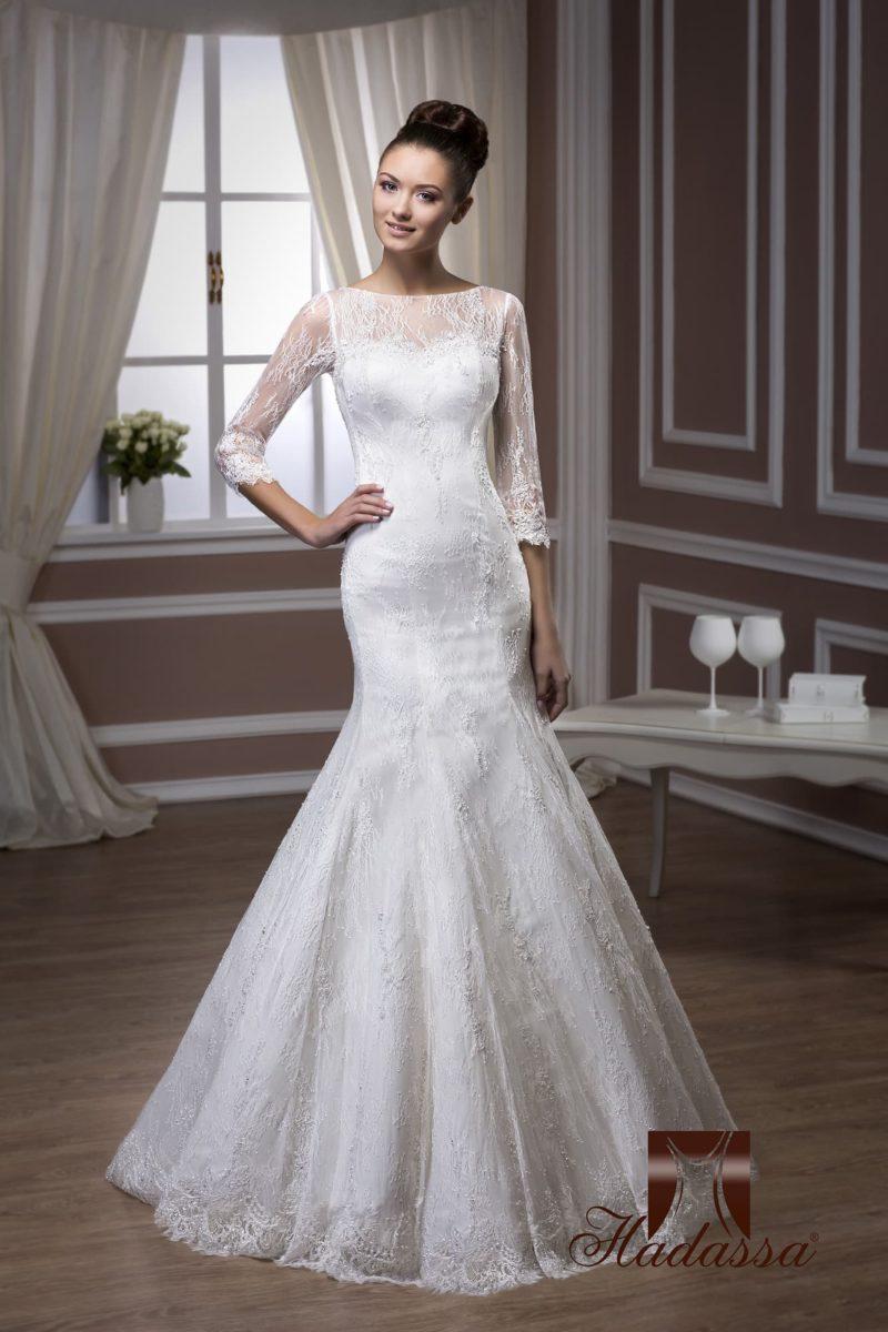 Свадебное платье с юбкой силуэта «рыбка» и кружевными рукавами длиной три четверти.